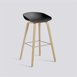 Køb HAY – AAS 32 Barstol – Soft sort med ben i lakeret eg – fodstøtte rustfri stål  – Høj model